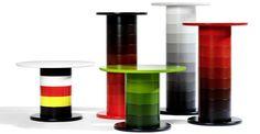 Tavolino modulare Babel disegnato da Fredrik Mattson. Disponibile in diverse misure e colori, è composto da anelli in multistrato di betulla laccati. Il piano è in MDF e la base in acciaio verniciato nero o cromato.