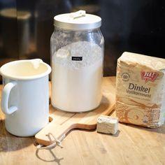 Trockenhefe vs. frische Hefe: 1 Tüte = 1 Würfel für 500g Mehl (bis zu 1000g wenn der Teig nicht so stark nach Hefe schmecken soll -- zB Baguette 1000g Mehl, 30g Salz, Prise Zucker, 650g Wasser) Eigentlich kann man die Trockenhefe einfach so ins Mehl mischen und weiterarbeiten Beschleunigt das gehen: die Trockenhefe in einem Teil der Flüssigkeit (leicht angewärmt) mit einer Prise Zucker einweichen - dort schäumt sie innerhalb ca 15 mn gut hoch…