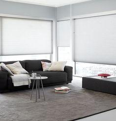 #rolgordijnen op maat, transparante rolgordijnen, woonkamer, bank. Bestel eenvoudig en voordelig raamdecoratie op maat bij Maatstudio.nl