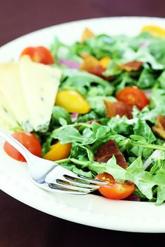 Arugula Salad With Bacon, Tomatoes & Buttermilk Dressing Recipe | gimmesomeoven.com