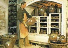 Heute betreiben wir in unserer Werkstatt mehrere große, elektrisch betriebene Brennöfen, einen gasbefeuerten Gasofen für Steingut sowie einen großen, gasbefeuerten Salzofen.