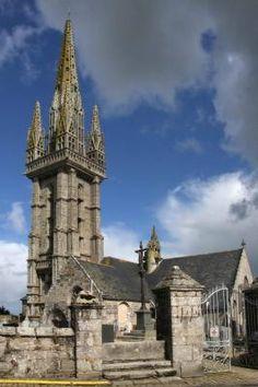 Bretagne, Finistère : Église Saint-Goulven à Goulven (29) L'église Saint-Goulven est remarquable par son imposant clocher Renaissance (1598). D'une hauteur de 58 mètres, finement sculpté et ajouré il contraste avec la taille modeste de l'église de style gothique. A l'intérieur, un orgue, un retable, des peintures murales et un maître-autel sont originaux et bien conservés. Comme beaucoup d'églises léonardes, elle est située dans l'enclos paroissial dans lequel se trouve un bel ossuaire…