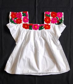 This kind of cheerful embroidered blouse is worn by the nahua women from the community of Chililico Hidalgo which is just outside the large town of Huejutla Mexican Embroidery, Embroidery Dress, Beaded Embroidery, Hand Embroidery, Mexican Crafts, Mexican Art, Mexican Style, Mexican Blouse, Mexican Dresses