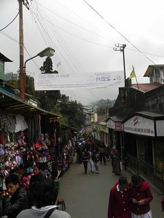 File:Mall Road, Darjeeling.JPG