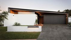 A mixture of modern architectural design and natural materials give this home a . - A mixture of modern architectural design and natural materials give this home a contemporary feel w - Modern Exterior, Exterior Design, Facade House, House Facades, Mid Century House, House Goals, House Front, Modern House Design, House Colors