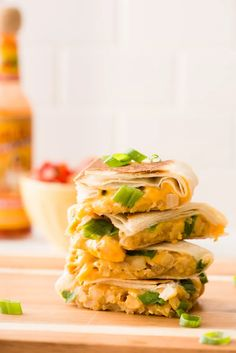 Most quesadilla recipes requires some form of meat, but this chickpea and cheddar cheese quesadilla recipe breaks all of the rules. This veggie-friendly option for lunch is filling and would definitely make it a breeze to eat at your desk. To make this EA Vegetarian Recipes Dinner, Lunch Recipes, Easy Dinner Recipes, Cooking Recipes, Bean Recipes, Meatless Recipes, Pescatarian Recipes, Skillet Recipes, Broccoli Recipes