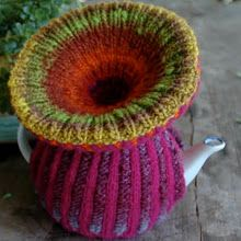 Bells and Mexicans by Loani Prior tea cosy knitting pattern Grannies Crochet, Knit Crochet, Tea Cosy Knitting Pattern, Knitting Patterns, Knitted Tea Cosies, Mexican Pattern, Tea Blog, Knitting Humor, Tea Cozy