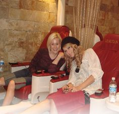 taylor swift rare pictures | Taylor and Kellie getting a pedicure - Rare Taylor Swift