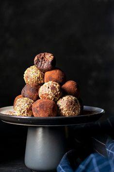 Αυτά τα εύκολα τρουφάκια σοκολάτας είναι από τα καλύτερα υγιεινά σνακ. Φτιάχνονται στο λεπτό με χουρμάδες, κακάο, και φυστικοβούτυρο ή ταχίνι. Είναι νηστίσιμα και βίγκαν. #τρουφάκια #υγιεινά #σοκολάτας #χουρμάδες #νηστίσιμα #φυστικοβούτυρο #εύκολα #για-παιδιά #γλυκά #σνακ Muffin, Cookies, Chocolate, Breakfast, Desserts, Food, Dreams, Ana Rosa, Nice Asses