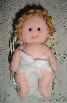 Niño Jesus en fieltro con rulos de lana rulote sobre una cuna de viruta de madera. Needle Felting, Teddy Bear, Toys, Baby, Animals, Ideas, Charms, Quilts, Feltro