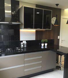 """496 curtidas, 9 comentários - Arquitetura de Interiores (@arq4home) no Instagram: """"Cozinha com bancada em L preta, fendi no armário inferior com revestimento patchwork na parede.…"""""""