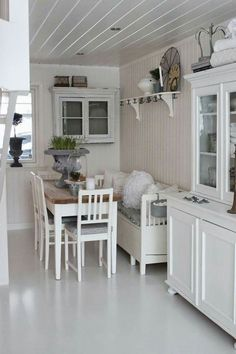 Small, narrow breakfast room with table, hanging cabinet, shelf and cupboard. Shabby and Charme: Nordic Style–una bellissima casa norvegese Shabby Chic Dining Room, Shabby Chic Kitchen, Kitchen Decor, Kitchen Nook, Kitchen Small, Küchen Design, House Design, Interior Design, Cocina Shabby Chic