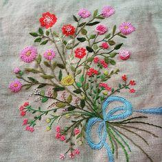 #Embroidery#stitch#needlework  #프랑스자수#일산프랑스자수#자수 #꽃다발 자수 #오래전에 수 놓았지만 벽면에 몇년째 걸려만있다~ 무언가로 완성해주어야지~~