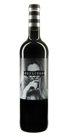 Mirkas Liebling: Dieser Sospechoso wird sicher Ihre Aufmerksamkeit erwecken. In dem Rotwein verbinden sich Tempranillo von alten Reben und Tinta de Toro von jüngeren Reben. Das Ergebnis ist eine süße Rotwein-Cuvée mit zarten Aromen von roten Früchten, die von einem Hauch Vanille und Gewürzen abgerundet werden. All diese Eigenschaften machen den Sospechoso zu einem süffigen Wein, der gern in geselliger Runde getrunken wird - ganz gleich, ob es sich um Freunde, Komplizen oder die Familie…