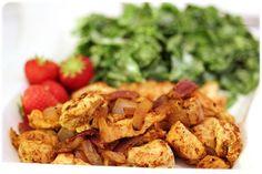 Stek kylling med hvitløk, rødløk, paprikapulver, karri og chiliFinhakk spinat og ruccola, bland i mager kesam, salt, pepper og litt sukrinmelis (for å dempe syrligheten)Sleng i noen ferske jordbær og nyt smaksopplevelsene sammen!