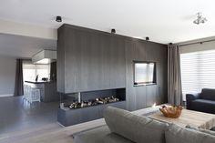 Keuken heeft tegels; rest van de woning laminaat/parket.