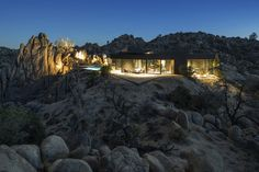 Architecture firm Oller & Pejic, in collaboration with Creative Director Marc Atlan, has designed the 'Black Desert House', a desert retreat with impressive views of Joshua Tree National Park in California. California National Parks, California Homes, Desert House, Share Pictures, Courtyard Pool, Yucca Valley, Palm Springs Style, Casa Patio, Cottage