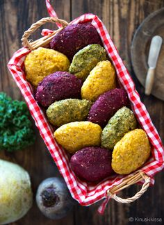 Sadonkorjuusämpylät  Punajuurta, lanttua, porkkanaa, lehtikaalta, kesäkurpitsaa… Kasvikset eivät jää näissä sämpylöissä muodollisuudeksi, vaan ne maistuvat, tuoksuvat ja näkyvät! Tämän sämpyläreseptin tavoite oli ujuttaa kasviksia arkiseen leipäherkutteluun. Juuresleipää myydään valmiinakin, mutta juuresten osuus on verrattain pieni. Tämä taikina sisältää enemmän kasviksia kuin esimeriksi perinteiset porkkanasämpylät, joissa porkkana ei juuri maistu.