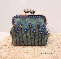 Kék nefelejcsek - kézzel hímzett szívkapcsos pénztárca Coin Purse, Purses, Wallet, Vintage, Handbags, Vintage Comics, Purse, Bags, Diy Wallet