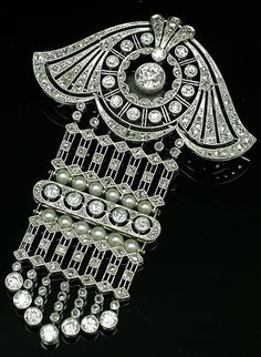 Diamond brooch/pendant, Swedish, 1920s. Old European- and rose-cut diamonds, natural pearls, platinum.