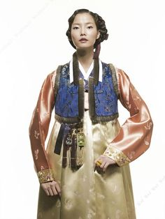 Traditional Korean clothing, hanbok, has gradually won favor by people from different parts of the world. Korean Traditional, Traditional Dresses, Korea Dress, Korean Hanbok, Korean Outfits, Style Me, Vogue, Saree, Costumes