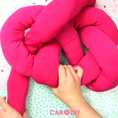 Madmoisell DIY Projekte⎪ Basteln & Selbermachen You can easily make this cute DIY knot pillow out of Knot Cushion, Knot Pillow, Diy Pillows, Decorative Pillows, Diy Zimmer, Cute Diys, Diy Videos, Diy Clothes, Diy Tutorial