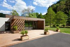 El centro comunitario fue realizado por Metaform Archtects y está ubicado en el centro del Parque Larochette, que se encuentra en el corazón del Gran Ducado de Luxemburgo en el cantón de Mersch y cuenta con una superficie de 370m2.
