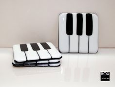 Piano Keys Fused Glass Coasters Set of 4 by RoxCreations on Etsy Fused Glass Ornaments, Fused Glass Plates, Fused Glass Jewelry, Fused Glass Art, Glass Dishes, Mosaic Glass, Glass Fusing Projects, Stained Glass Projects, Glass Fusion Ideas