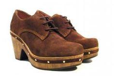 Zapatos de cordones con tacón de madera  Zapatos de cordones Pedro Miralles linea Weekend modelo 28601. Zapatos de piel serraje color marrón cuero con plataforma y tacón de madera y detalle de tachas metálicas doradas. Interiores forrados en piel natural. Cierre de cordones. Suela de goma. Altura aproximada de 9 cms (plataforma de 3 cms incluida). Pedro Miralles Weekend fabricados en España. http://ift.tt/2cZ8C8Y