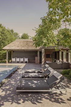 Design2Chill - Luxe loungemeubelen bij zwembad - Hoog ■ Exclusieve woon- en tuin inspiratie. Outdoor Sheds, Outdoor Gardens, Garden Design, House Design, Outdoor Furniture Sets, Outdoor Decor, Pool Houses, Garden Inspiration, Sun Lounger