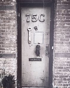 Morning walk and Brooklyn and found this town home door... Love everything about it. Brooklyn vibes ✌️ #Brooklyn #NY #artsy #inspired #hipster #grunge #homes #doordecor #nyc #tourist #photography