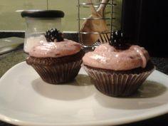 Cupcake de chocolate com recheio de chocolate branco e cobertura de buttercream de amora