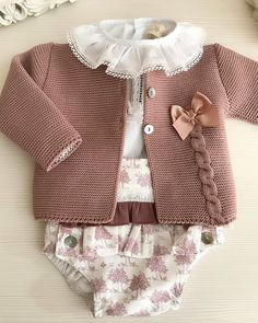 649 Likes, 22 Comments - Rosa Galo Artesanía Infantil ( on I. Cardigan Bebe, Knitted Baby Cardigan, Knit Baby Sweaters, Knitted Baby Clothes, Crochet Jacket, Cardigan Pattern, Sweater Cardigan, Knitting For Kids, Baby Knitting Patterns