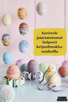 Nämä pääsiäismunat valmistuvat helposti vaikka lasten kanssa. Virkkaa pitkä pätkä ketjusilmukkanauhaa ja kieputa se munan ympärille. Katso myös video munien valmistumisesta! #meilläkotona #meilläkotonafi #pääsiäinen #pääsiäisaskartelu #pääsiäismunat #pääsiäiskoristeet #pääsiäisaskartelualapsille #virkkaus Diy, Bricolage, Do It Yourself, Homemade, Diys, Crafting