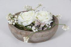 Houten kom met witte zijde roos. Webshop www.decoratietakken.nl