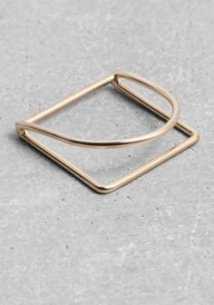 made from thin wire, this delicate twin ring has a geometrical shape with a high-shine finish.