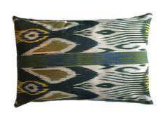 Shades of green 40x60 cm. De prachtige ikat kussens zijn gemaakt van zijde. Handgeweven in Uzbekistan. Voor de kussens wordt uitsluitend natuurlijke verf gebruikt. De kleuren zijn hierdoor mooi diep. Inclusief vulling. Afmeting 40x60 cm. http://www.bedazzle.nl/woonaccessoires-and-decoration/woonaccessoires-kussens