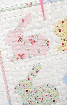 Sewing Quilts Hippity Hoppity Mini Quilt Pattern by Nadra Ridgeway of ellis Mini Quilts, Small Quilts, Baby Girl Quilts, Girls Quilts, Quilt Baby, Quilting Projects, Quilting Designs, Quilting Ideas, Diy Craft Projects