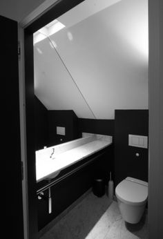 Toilet in blanck and white in a private home.