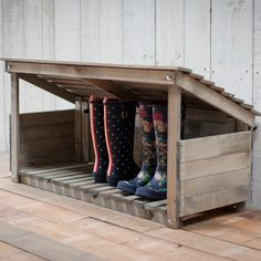 Rustic Aldsworth Outdoor Wooden Welly Boot Storage Rustikale Aldsworth Outdoor Holz Welly Boot Lagerung – The Farthing – 1 Outdoor Shoe Storage, Boot Storage, Diy Storage, Porch Storage, Storage Ideas, Storage Solutions, Rustic Furniture, Garden Furniture, Diy Furniture