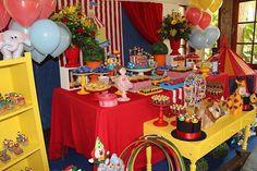 """""""Além se ser uma tradição o 1 aninho com tema de circo para dar """"boa sorte ao bebê"""", as cores tão alegres e os bichinhos encantam todos os pequenos!…"""""""