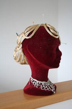 In 3 Minuten eine perfekte Frisur genau in Deiner Haarfarbe Captain Hat, Crown, Fashion, Perfect Hairstyle, Hair Colors, Hair Makeup, Moda, Corona, Fashion Styles