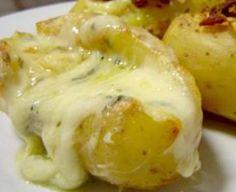 Saiba como fazer uma prática e deliciosa batata assada Ingredientes 6 unidade(s) de batata média(s) 200 gr de requeijão culinário quanto baste de queijo ralado quanto baste de