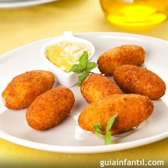 Eggplant Croquettes Recipe - A croquette is a small breadcrumbed fried food. Vicky creates his own version of a croquette with eggplants. K Food, Love Food, Bechamel, Baby Food Recipes, Cooking Recipes, Cuban Dishes, Les Croquettes, Meals, Babies Stuff