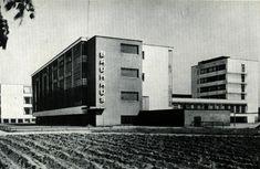 """W dwudziestoleciu międzywojennym dużą popularnością cieszył się pogląd, że o pięknie budowli decyduje głównie jej funkcjonalność. Zwolennicy tej idei głosili hasło """"forma podąża za funkcją"""". Rezygnowali z dekoracyjności na rzecz prostoty i wygody. Słynnym przykładem działalności architektów okresy międzywojnia był BAUHAUS szkoła założona w 1919r. Określenie """"Bauhaus"""" używane jest również potocznie jako nazwa kierunku architektonicznego."""