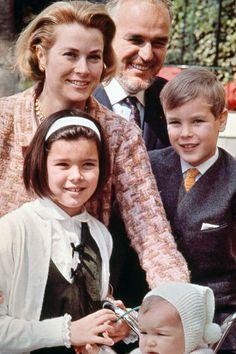 La Familia Real de Mónaco en1966.  En primera fila la princesa Stéphanie, en segunda fila la princesa Carolina en tercera fila la princesa Grace y el príncipe Alberto y en cuarta fila el Príncipe Raniero III de Mónaco.