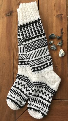 Knitting Blogs, Knitting Socks, Knitting Patterns Free, Wool Socks, Baby Socks, Yarn Projects, Sock Shoes, Womens Slippers, Handicraft