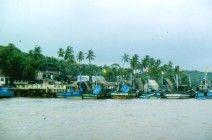 """Goa 1988. Han caído las primeras lluvias del monzón y las barcazas están amarradas a puerto. Uno de los escenarios donde de desarrolla parte de la novela """"Mandala"""""""