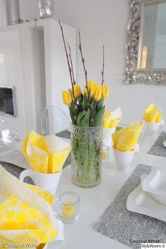 Coconut White: Yellow tablesetting for Easter Cute Lamb, Tablescapes, Glass Vase, Table Settings, About Me Blog, Coconut, Easter, Table Decorations, Times