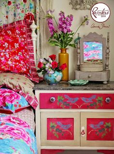 Annie Sloan Painter in Residence Janice Issitt's Vintage Floral Boho Bedroom, painted with Chalk Paint® colours. Annie Sloan Paint Colors, Chalk Paint Colors, Paint Color Schemes, Annie Sloan Chalk Paint, Vintage Stil, Vintage Floral, Decoupage, Chalk Paint Dresser, Floral Bedroom